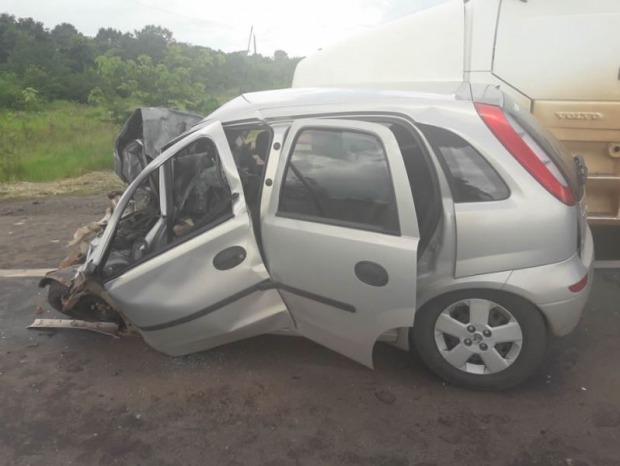 Veículo de passeio bateu de frente com uma carreta (Foto: Reprodução)