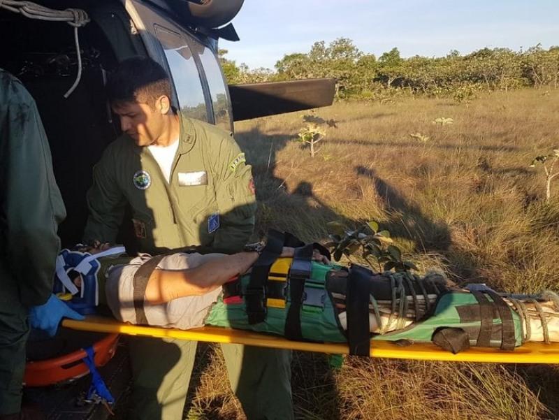 Piloto e copiloto foram resgatados após queda de avião na Serra do Mangaval, em Cáceres (Foto: FAB/Divulgação)