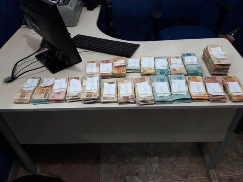 Polícia preendeu mais de R$ 126 mil que seria usado na aquisição de drogas (Foto: Sesdec/Divulgação)