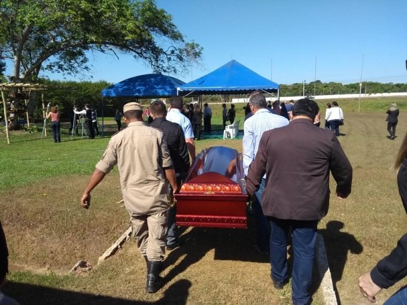 Corpo foi sepultado nesta quinta-feira (Foto: Toni Francis/G1)