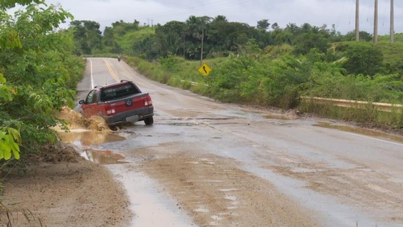 Condutores enfrentam problemas durante o tráfego na BR-421 (Foto: Rede Amaz�\�nica/Reprodução)
