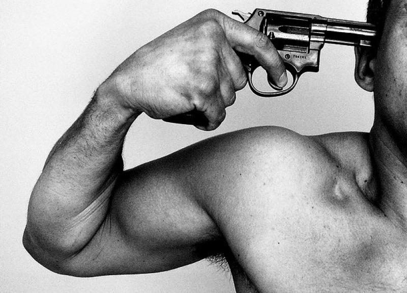 Resultado de imagem para Homem comete suicídio com disparo de arma de fogo