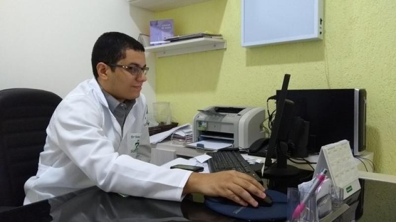 Médico oncologista clínico, Aaron Froede, fala sobre índices de câncer em Rond�\�nia (Foto: Hosana Morais/G1)