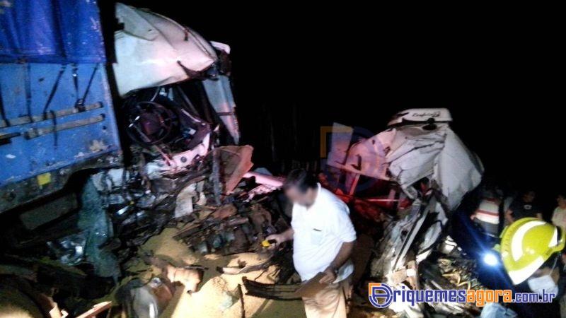 ACIDENTE BR-364 - Três pessoas morrem após acidente entre duas carretas