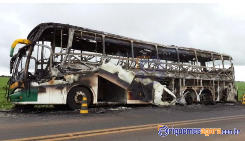 Ônibus lotado pega fogo na BR 364 e fica completamente destruido