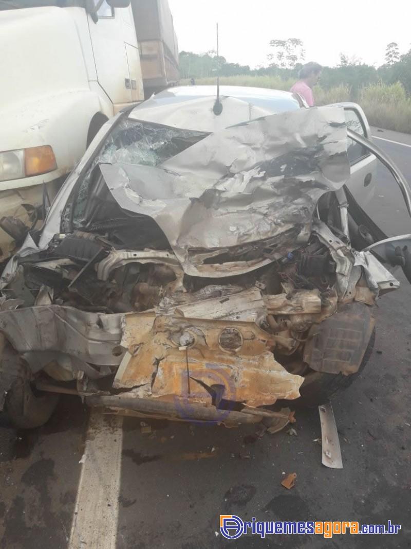 Colisão frontal entre carreta e carro de passeio mata pai e filho na BR-364