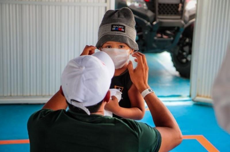 Crianças menores de dois anos não deve usar máscara sob o risco de sufocamento ou estrangulamento (Foto: Divulgação)