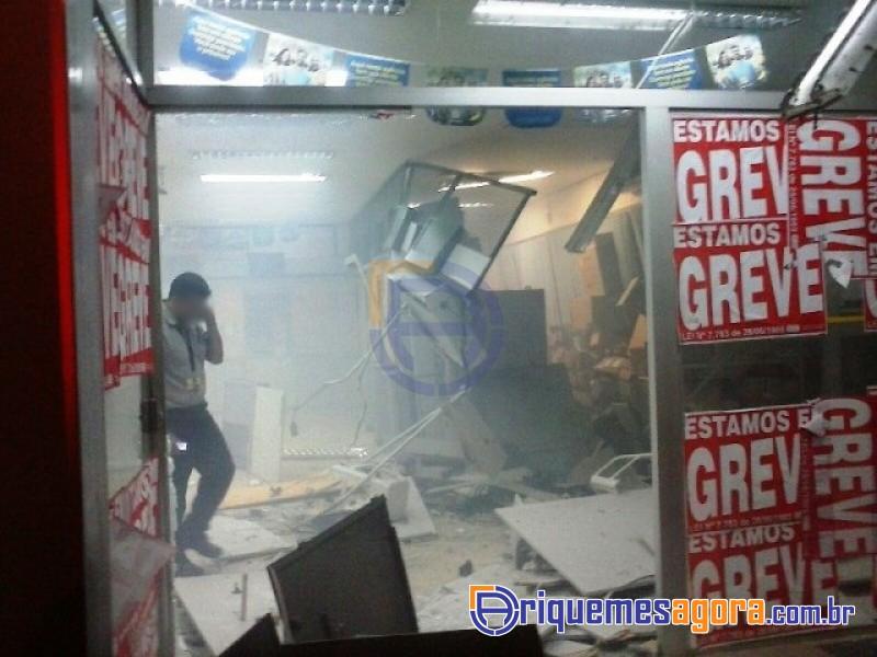 Bandidos explodem caixas eletrônicos em agência bancária
