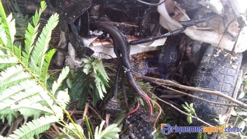 Ultrapassagem indevida causa grave acidente envolvendo carro e carreta na Br-364