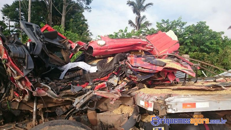 ACIDENTE BR 364 - Motorista de caminhão morre na hora ao colidir com carreta